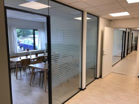 Matteret folie striber monteret på glasvægge på kontorfællesskab