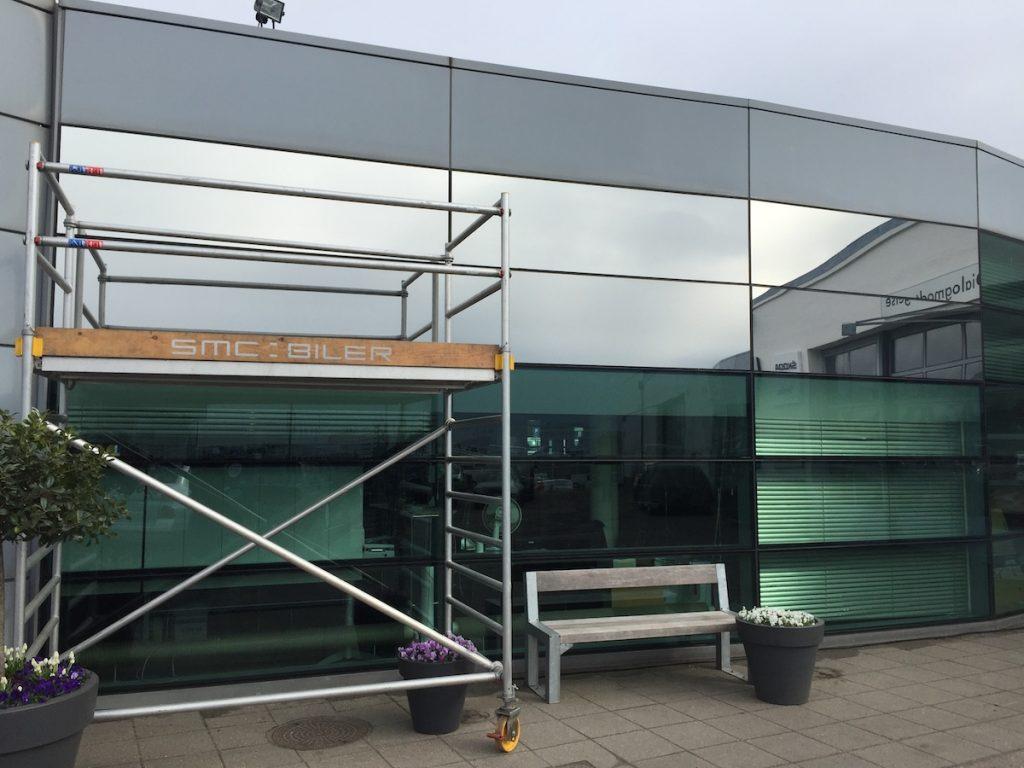 Silver solfilm monteret på glasfacade hos VW Gladsaxe