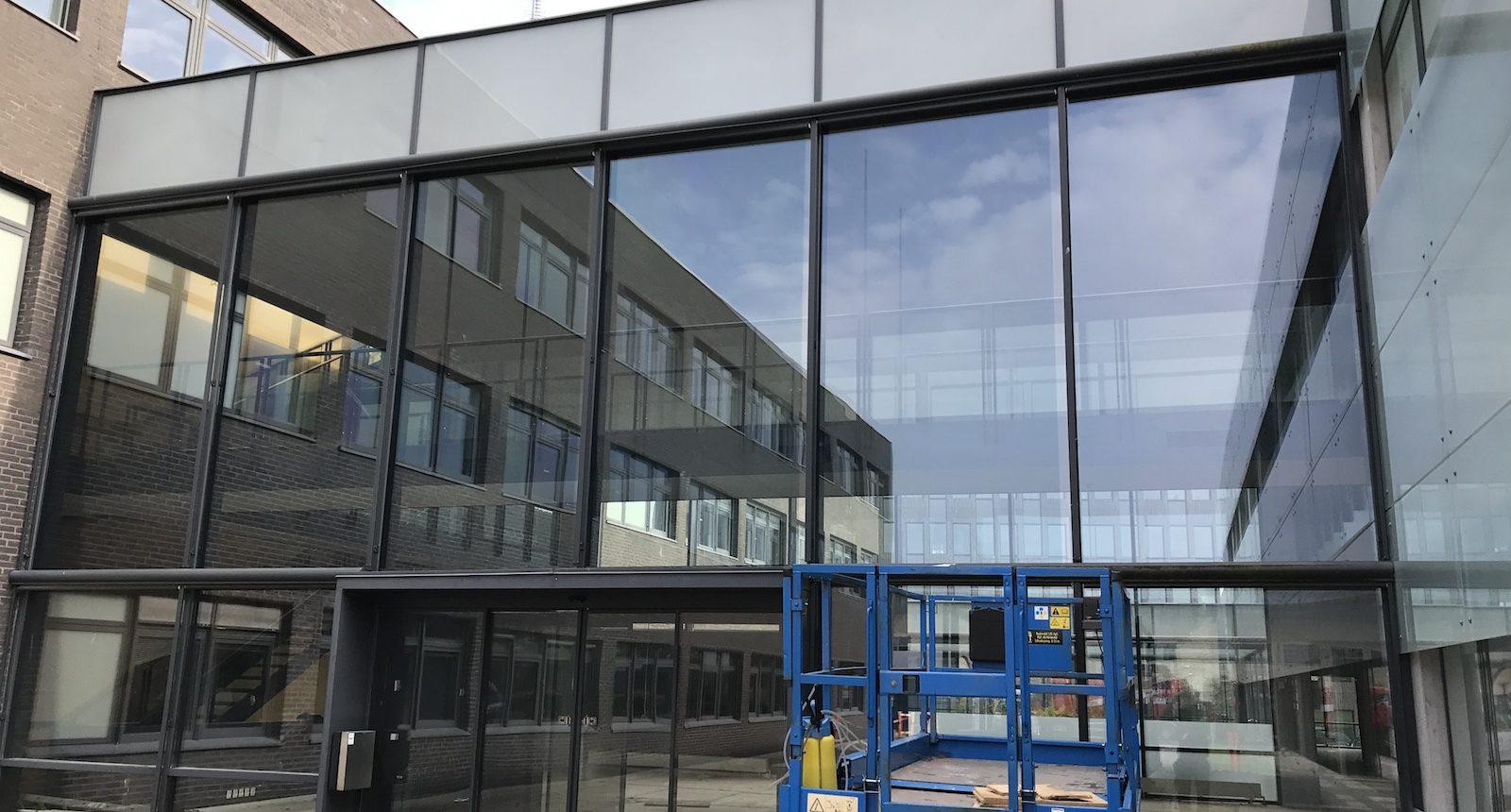 3M Prestige 70 ext monteret på glasfacade fra lift hos Nordea Ballerup
