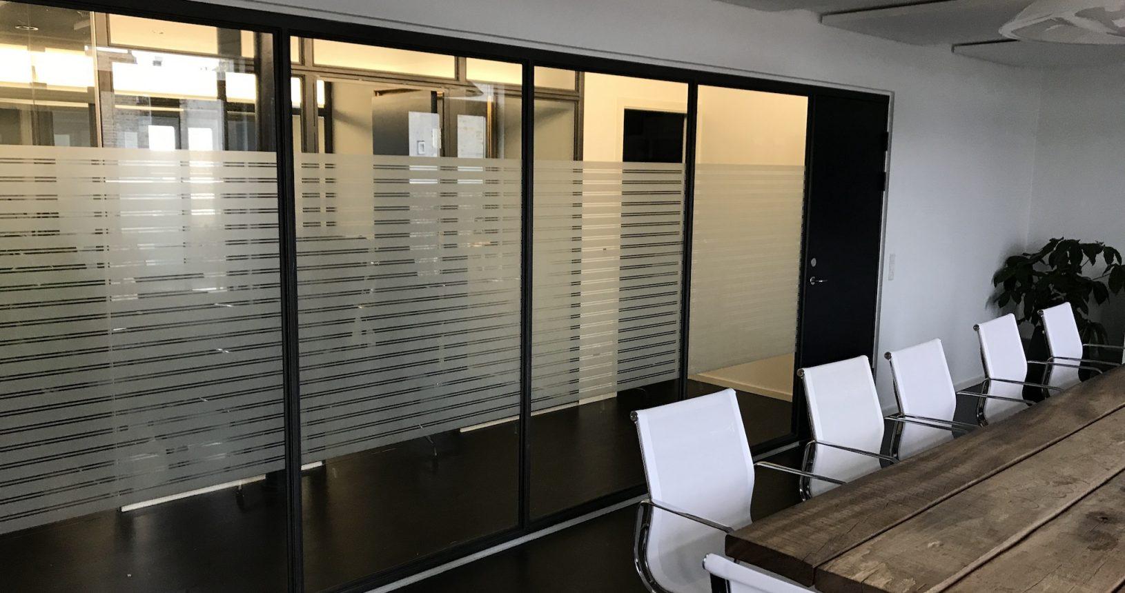 Matteret folie i stribet design monteret på mødelokale