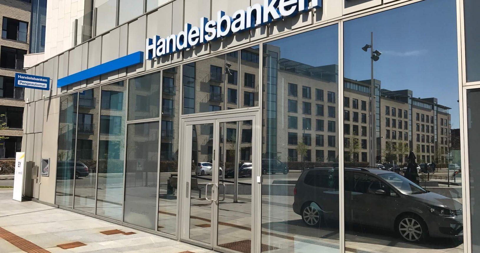 Silver250XC udvendig solfilm monteret på glas facade hos Handelsbanken