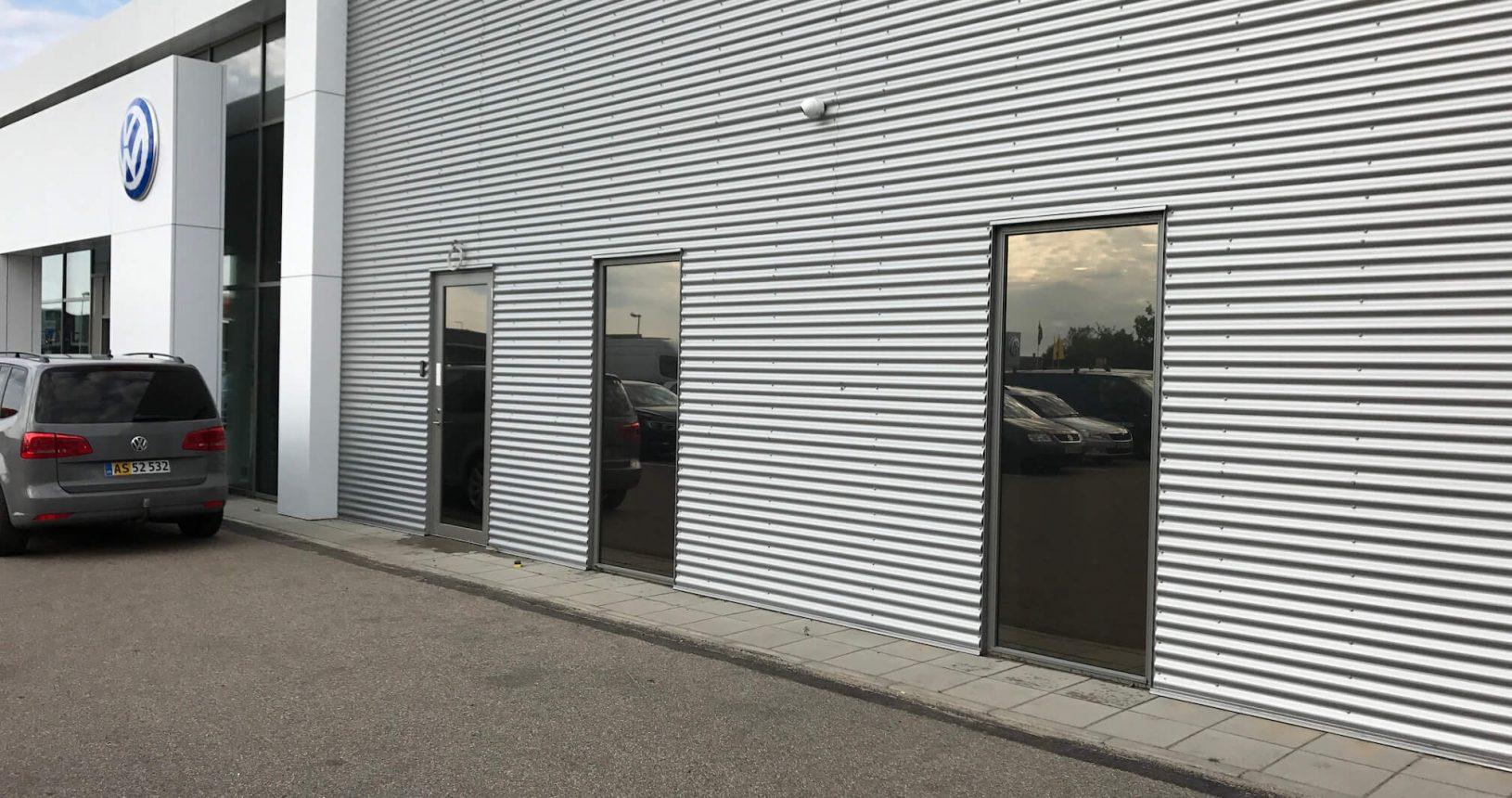 Natural udvendig solfilm monteret imod blænding hos VW i Ringsted