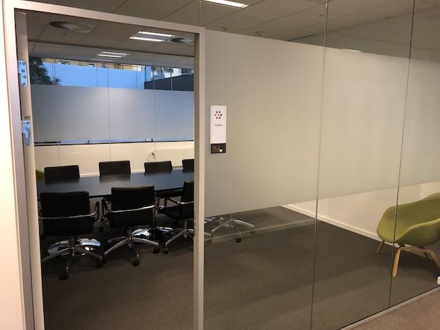 Folie til glas ved mødelokale